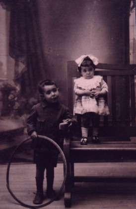 57.-Los-hermanos-Victoria-y-Paulino-Gutierrez-Pantoja.-Ano-1922.-Procedencia-Felipe-Pleite