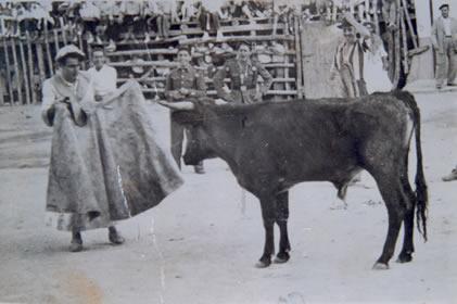 64.-Actuacion-de-Antonio-Garcia-en-la-plaza-de-toros-de-palos.-Hacia-1950.-Pr.-Ana-Isabel-Garcia