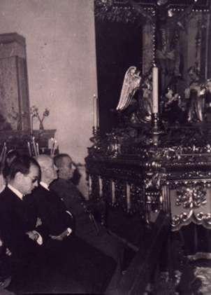 69.-Enrique-Lazaro-Carrasco-y-Ramon-Mª-Delgado-ante-el-Cristo.-1966.-Pr.-Pedro-Lazaro