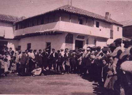 72.-Mozos-en-la-plaza-del-Ayuntamiento.-Hacia-1930.-Procedencia-Alfonso-Rodriguez-de-la-Pica