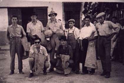 75.-Mozos-en-las-fiestas-taurinas-antes-del-paseillo.-Hacia-1950.-Procedencia-Santiago-Alguacil