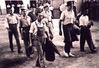 79.-Paseillo-de-mozos-en-la-plaza-de-toros-de-palos.-Hacia-1950.-Pr.-Santiago-Alguacil