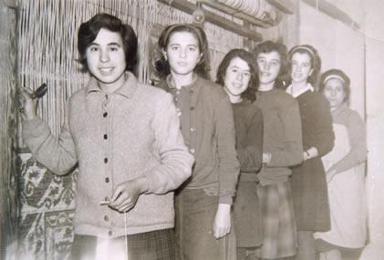 82.-Trabajadoras-del-telar-en-el-patio-del-Convento.-Hacia-1965.-ProcedenciaConsuelo-Pleite