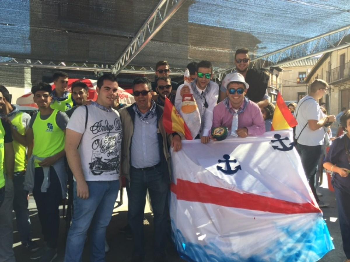 LOS JÓVENES DE BARGAS SE DIVIERTEN EN LA CARRERA DE AUTOS LOCOS DURANTE LAS FIESTAS POPULARES