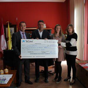 El Ayuntamiento de Bargas recibe un cheque por parte de la Obra Social de La Caixa