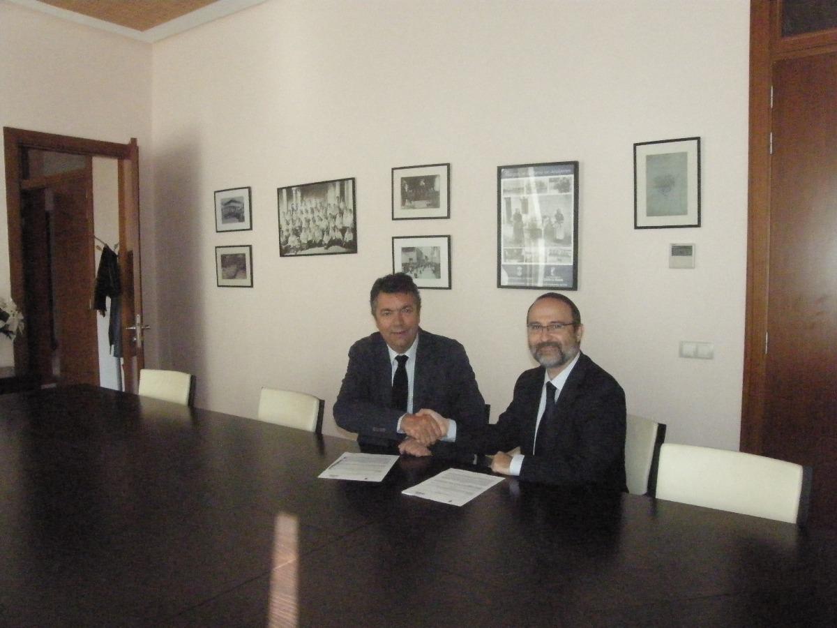 Firma de convenio de colaboración entre el Ayuntamiento de Bargas y el parque comercial Abadía.