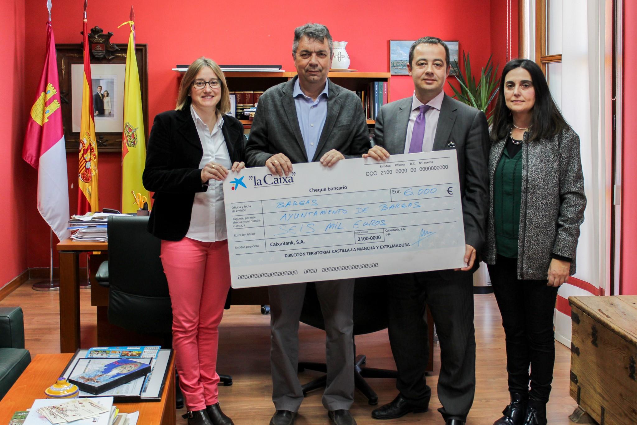 El Ayuntamiento de Bargas recibe un cheque por parte de la Obra Social La Caixa