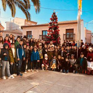 Los escolares de Bargas participan en la colocación y adornos del árbol de Navidad