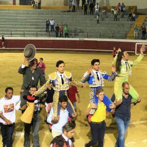Indultado toro y salida por la puerta grande de los diestros David Mora, Juan del Álamo y Jesús Enrique Colombo, en la espectacular corrida de toros celebrada en Bargas con motivo de sus fiestas populares.