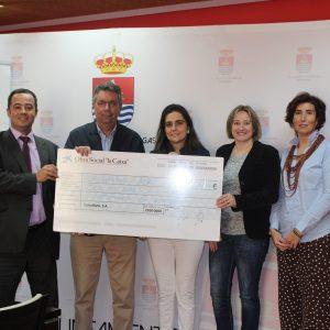El Ayuntamiento de Bargas recibe un cheque por parte de la Obra Social «La Caixa»