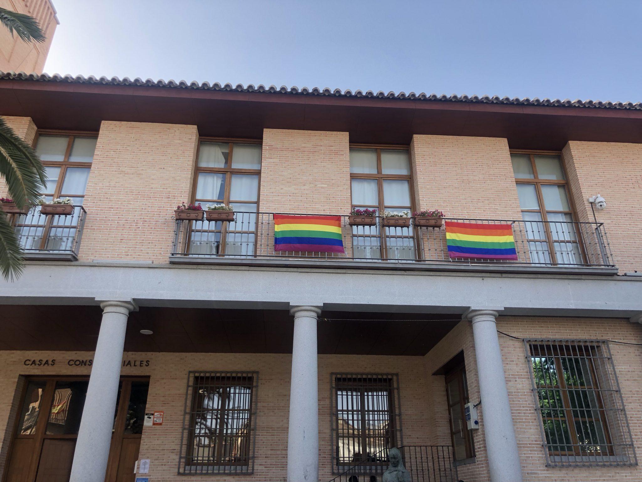 La bandera LGTBI ondea en el Ayuntamiento de Bargas