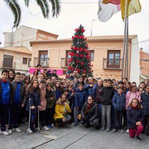Los y las escolares de Bargas participan, un año más, en la colocación y adornos del Árbol de Navidad