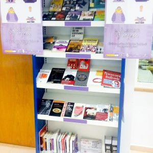 La estantería violeta