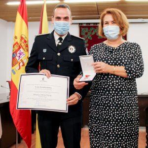 La Alcaldesa de Bargas hace entrega de los reconocimientos otorgados al Jefe de la Policía Local de Bargas