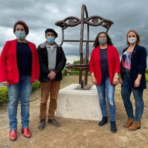 """Cesáreo """"Peñuelas"""", vecino de Bargas, dona una de sus obras escultóricas al municipio"""
