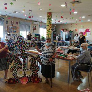 Los abuelos y abuelas del Centro de Día homenajean al Stmo. Cristo de la Sala.