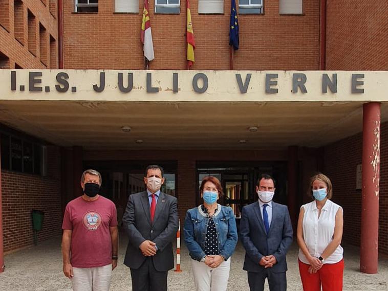La Alcaldesa junto al Delegado Provincial de Educación y Deportes y el Delegado de la JCCM en Toledo, visitan el IES Julio Verne